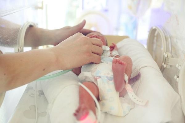 图为新生儿科护士在为聪聪护理-0.jpg