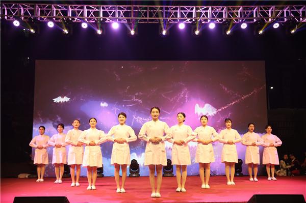 礼仪操表演《微笑天使》完美展现护理人员职业风采.jpg